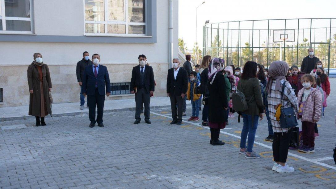 İlçe Milli Eğitim Müdürümüz Sayın Ümit ÇETİN, Yüz Yüze Eğitime Başlayan Atatürk İlkokulu'nda İstiklal Marşımız Eşliğinde Öğrenci ve Öğretmenlerimizle Bir Araya Geldi
